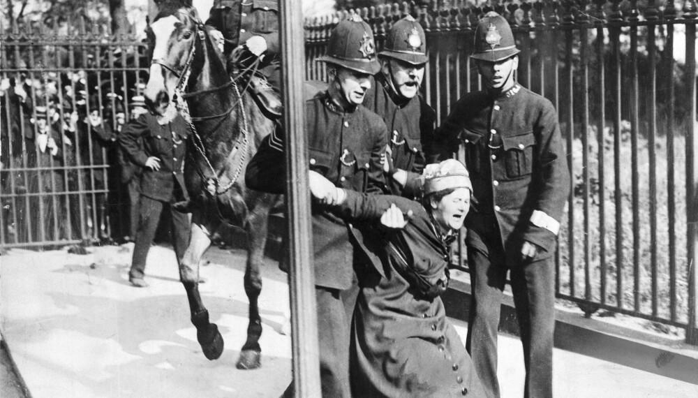 HARDE TAK: Kampen for kvinners rettigheter gikk ikke fredelig for seg. Her fra Manchester ca 1910.