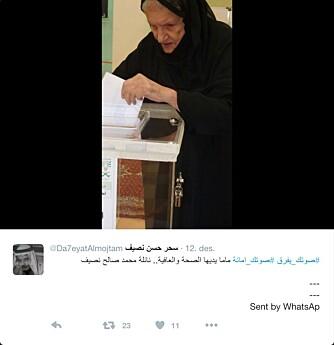 ALDER INGEN HINDRING: Twitterbrukeren @da7eyatAlmojtam brukte WhatsApp til å laste opp bilde av sin 94 år gamle mor som benytter seg av stemmeretten.