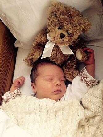 EN HÅND Å HOLDE I: Linea liker godt å holde bamse i hånden mens hun sover.