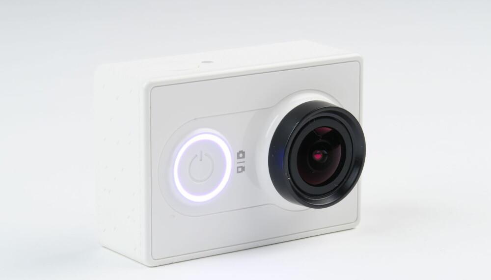 VAKKER I HVIT: Vi synes Xioami Yi har et vakkert design i en helt hvit kamerakropp. Den finnes også i en turkis og gusjegrønn utførelse som vi er mindre begeistret for.