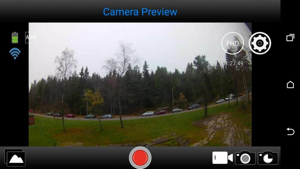 KAMERAAPP: Denver ACT-8030W har egen skjerm, men har innebygget wi-fi i tillegg. Det gjør at du kan få et litt større søkerbilde på mobilen.