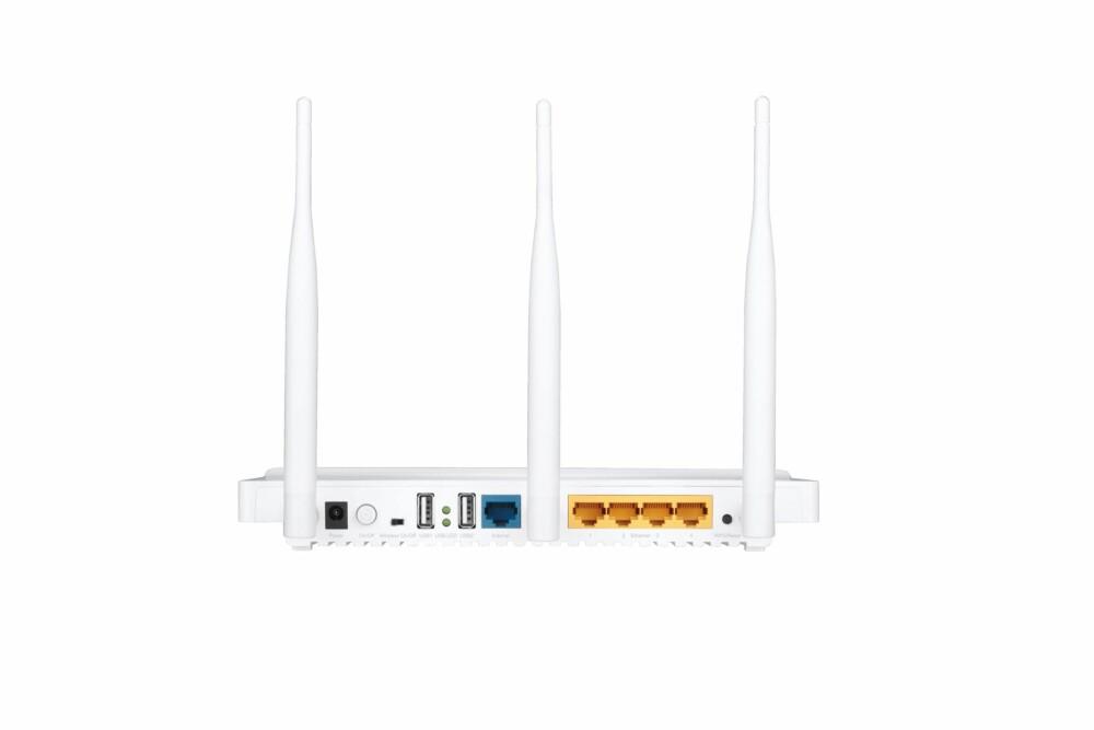 BAKSIDEN: I tillegg til de vanlige LAN- og WAN-portene og to USB 2.0-porter, er det også gjort plass til en knapp som kan deaktivere Wi-Fi.