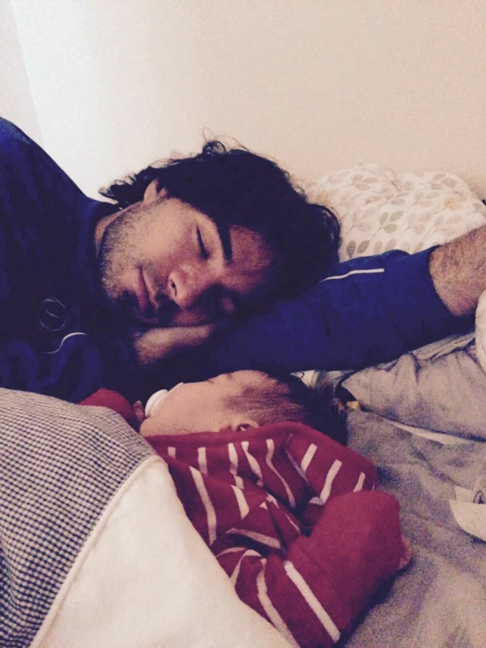 PAPPAJENTE: Kaitlin er trygg sammen med pappa Federico.