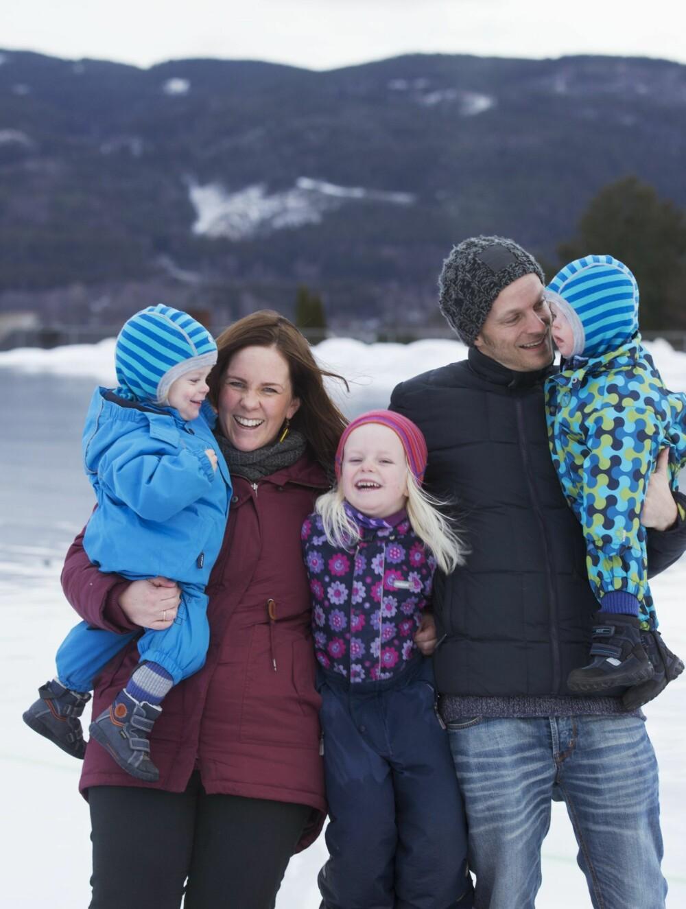 GLAD FAMILIE: Det ble mange utfordringer da det plutselig skulle komme tvillinger, men nå er familien godt på plass i rutinene sine.