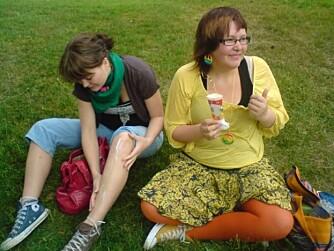 UNG: UNG: Malena,17 år (til høgre) med oransje strømpebukser og full av engasjement, i lag med venninna Johanne Engevik Olsen med ein Converse av kvar farge.