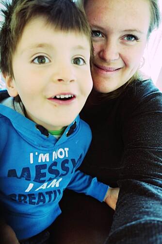 Thea Klingenberg fra Foreldrerådet sammen med sønnen Tidemann. Foto: Privat.