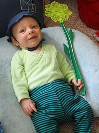 Lille Ole Kristian er en blid og lykkelig gutt, og får delta på mye sammen med sine aktive foreldre.  Foto: privat