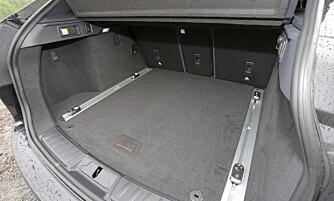 STORT BAGASJEROM: Det rektangulære bagasjerommet i Jaguar F-Pace kan konkurrere med ganske store stasjonsvogner.