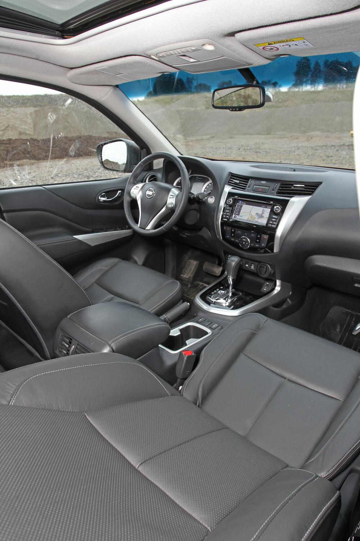 LIK PERSONBILENE: Dashbordet er som i nær sagt en hvilken som helst annen Nissan. Alt det vi er vant til fra vanlige folkelige biler, er på plass. Med utstyrsgrad Tekna følger elektrisk regulerbart sete og skinntrekk på stolene.