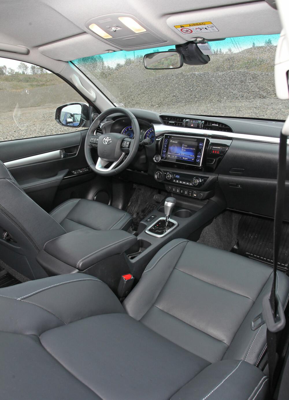 KAN JUSTERES: Hilux er den eneste av testbilene med lengdejusterbart ratt. Det gjør at de fleste kan finne en god sittestilling. Hilux har også den blankeste og fineste skjermen på dashbordet i trekløveret.