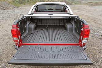 LANGT PLAN: Hilux har ti centimeter lengre plan enn Ford Ranger. På testbilens lasteplan er det kun fire faste festepunkter, og ingen strømuttak, men det finnes mange tilvalgsmuligheter.