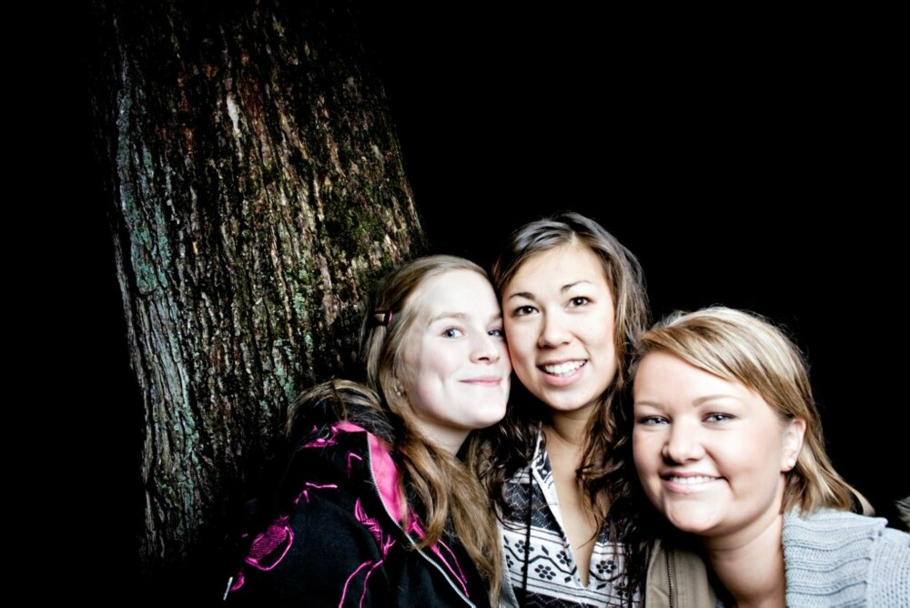 BARE TITTE: Det er lov å se, mener (fra venstre) Laila Vestad (23), Ida Susanne Karlsen (22) og Anniken Eriksen (21).