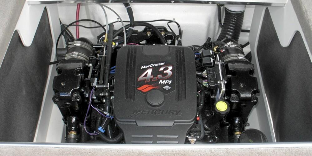 HEKKAGGREGAT: Som mange USA-båter i denne klassen har også Sea Ray 220 SunSport hekkaggregat. Teknisk sett er V6-motoren på 220 hk en ryddig sak.