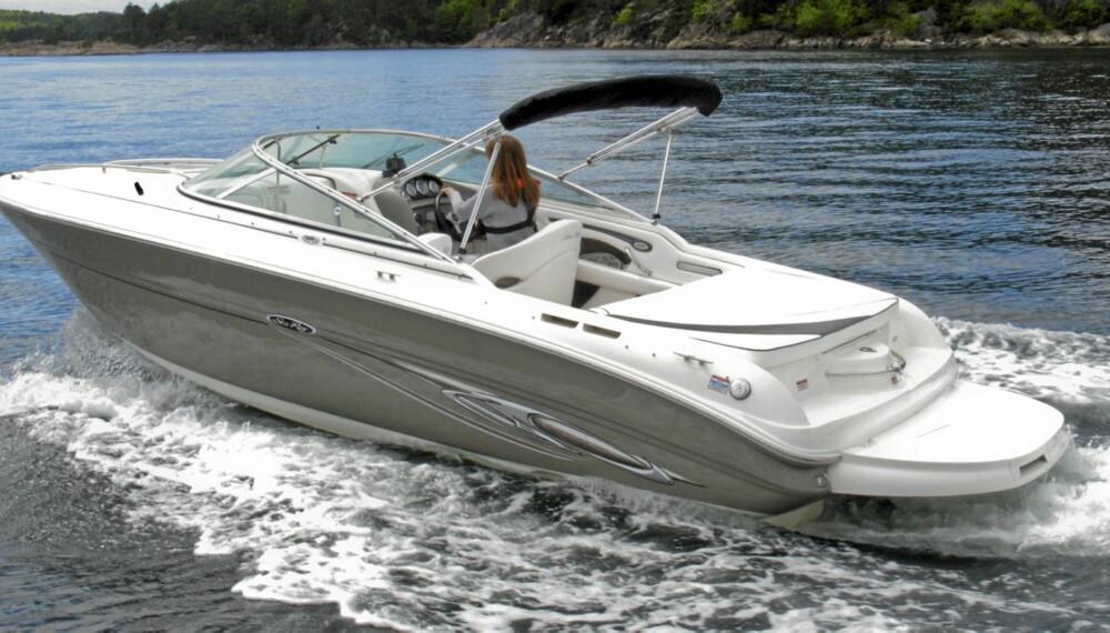 FIN PROFIL: Sea Ray 220 SunSport er lekker å se på, og går fint i sjøen. Stor solseng er typisk for en USA-båt.