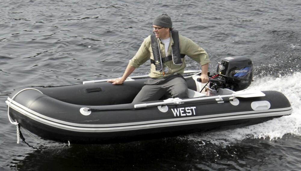 RASK OG MORSOM: Denne 3,2 meter lange gummibåten fra West går som en kule med 9,9-hester på hekken.