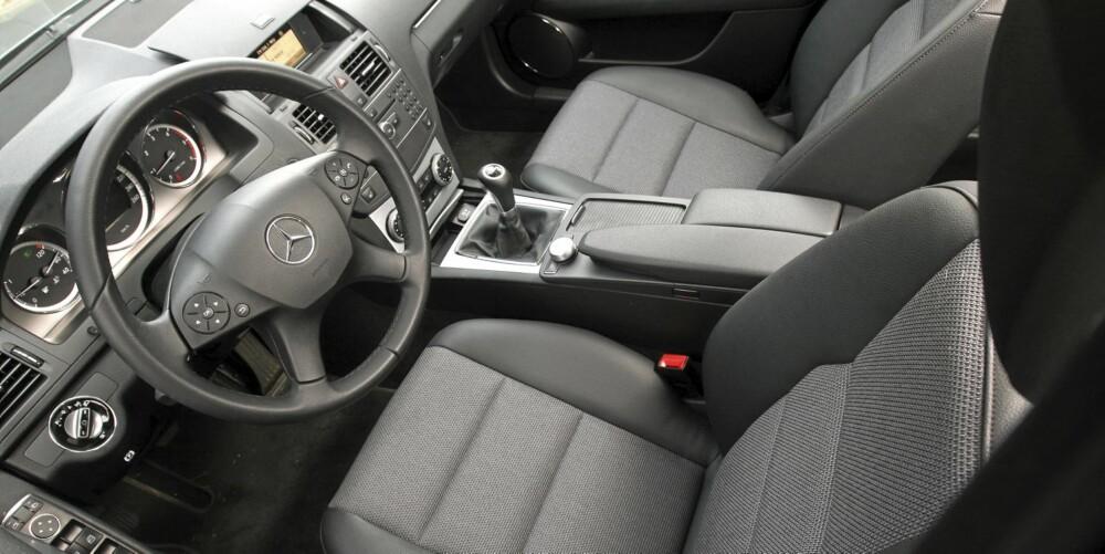 TRAUST: Interiøret i testbilen, som har svært lite ekstrautstyr, grenser til det trauste. Men ergonomien og kvalitetsfølelsen er herlig.