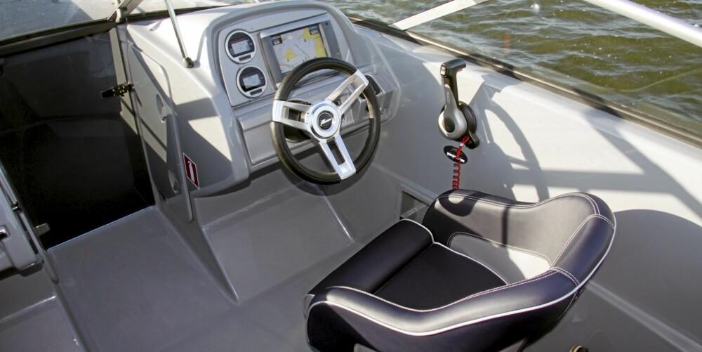 TRADISJONELL: Aktersofa, gode sitteplasser bak en relativt lun vindskjerm og et ergonomisk vellykket dashbord. Forut er det mindre sitteplasser enn i en vanlig bowrider, men det er fornuftig gitt det slanke forskipet i Yamarin Cross 63 BR.