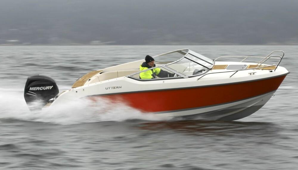 SIKKERT STIKK: Den nye Uttern D62 kjører trygt og komfortabelt, selv når det er bølger.