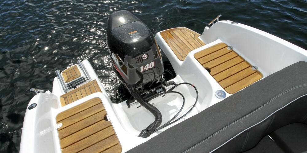 RIKTIG MOTOR: Ved siden av den kultiverte Suzuki-motoren, er det gode stuverom og fin plass om du vil i vannet.