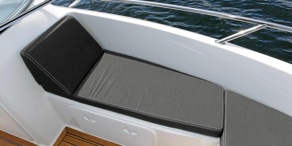 FIN PLASS: Det er god plass i baugen og bra sittestilling i fartsretningen.