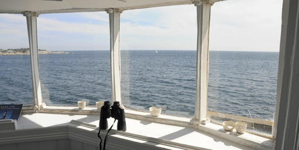 UTKIKKSPUNKT: Den gamle fyrlykten er omgjort til utkikkspunkt. Herfra kan du følge med på båtene i Blindleia.