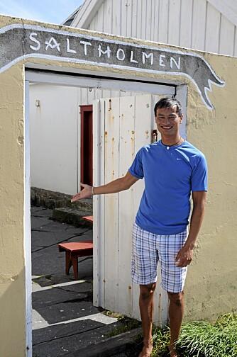 KUNST: Fyrvert Johannes Valleverd forteller at de har mange som kommer innom for å se hva de har hengt opp på veggene.