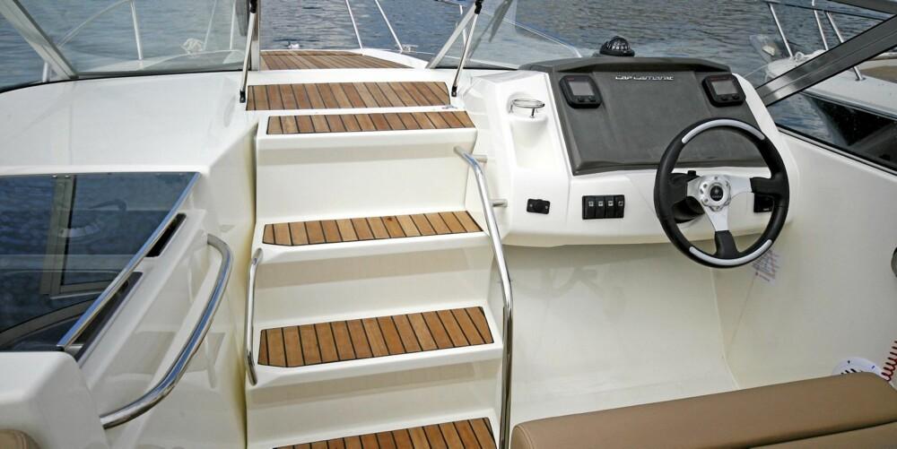 SKULT HULE: Skyves trappen opp til framdekket til siden kommer en rommelig kabin til syne med tre soveplasser og eget toalett.