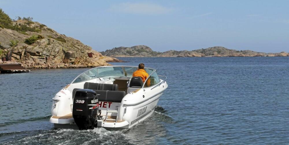 HVASS MOTOR: Med Suzukis 300 hk gjør Ibiza 25 Touring 50 knop og går spesielt stille ved langsom kjøring.