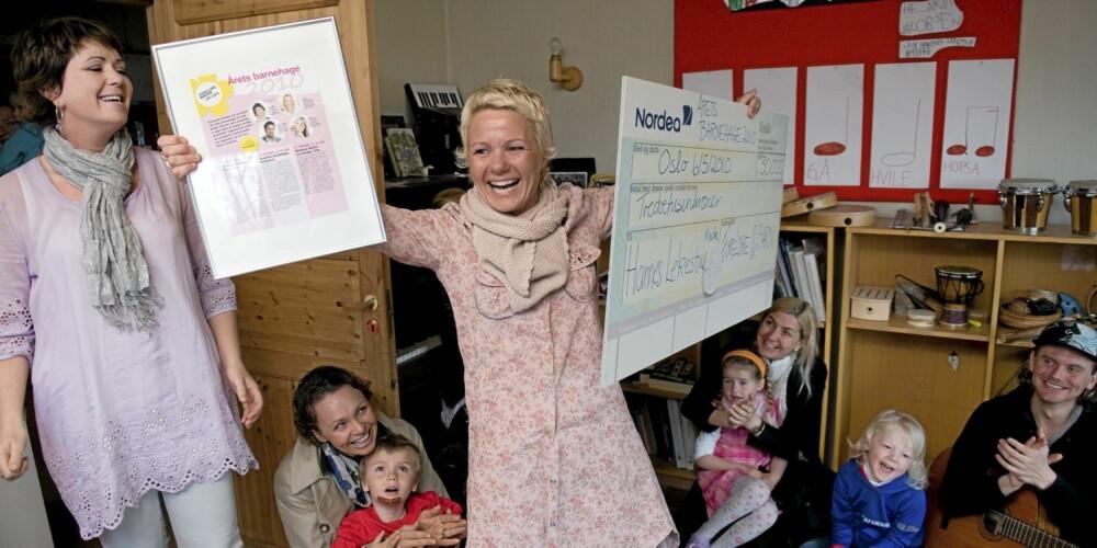 ÆRE OG BERØMMELSE TIL HANNES LEKESTUE: Foreldre&Barn-redaktør Tjodunn Dyrnes (t.v.) hadde den glede å overrekke hedersbeviset til Årets barnehage 2010.