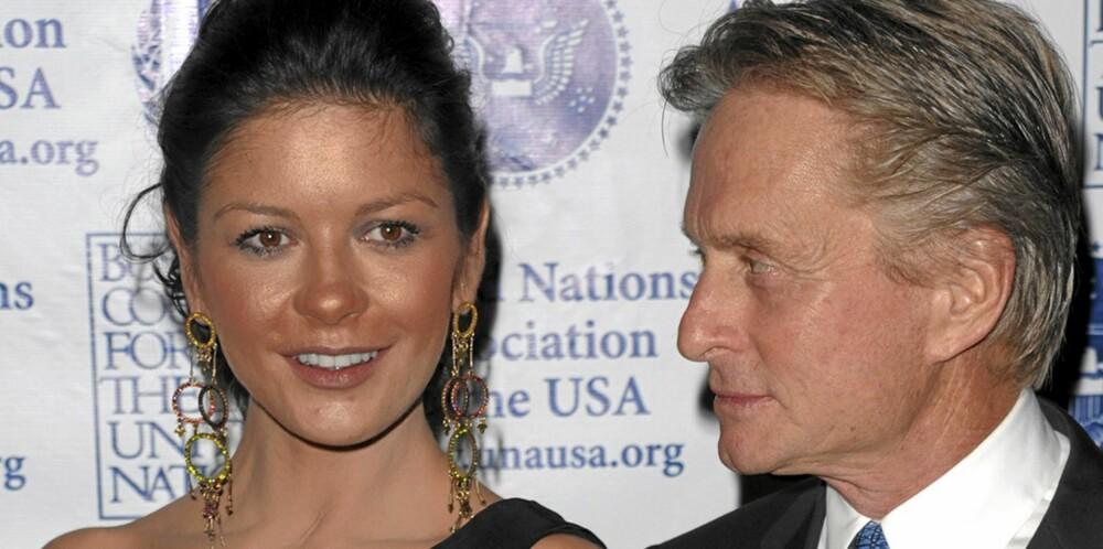 IKKE BRUK FOR MYE: Til og med Michael Douglas ser misfornøyd ut med solpudderet til Catherine Zeta-Jones.