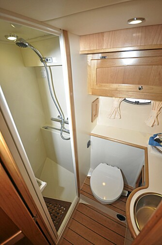 PRAKTISK: På styrbord side er et rent og praktisk toalettrom. Det fineste er en egen dusjnisje som er plassert fremover og avdelt med glassdør.