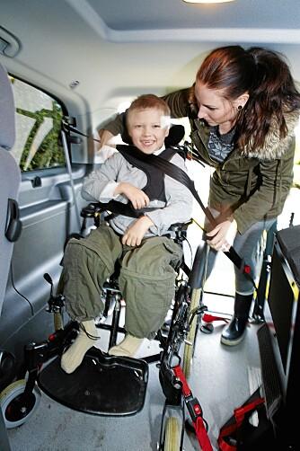 EN SKOLEDAG ER OVER: Mamma hjelper Magnus inn i bilen.