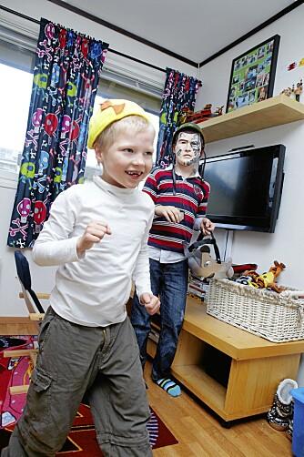 VILTER LEK: Magnus klarer nesten å følge brødrenes tempo.