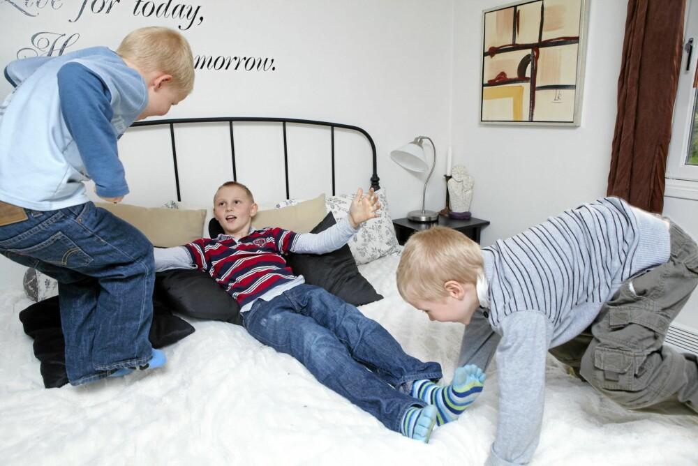 SØSKENKJÆRLIGHET: I senga med storebror Tobias (10) og lillebror Sander (5).
