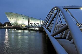 IKKE EN FISK: Nemo er vitenskapssenteret i Amsterdam, tegnet av arkitekten Renzo Piano. Like fin å gå oppå, som inni. FOTO: iAmsterdam.com