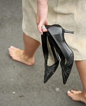 PÅ VEI TIL FEST: Ikke gå i høye hæler. Ta dem med deg, og ta de på når du kommer frem.