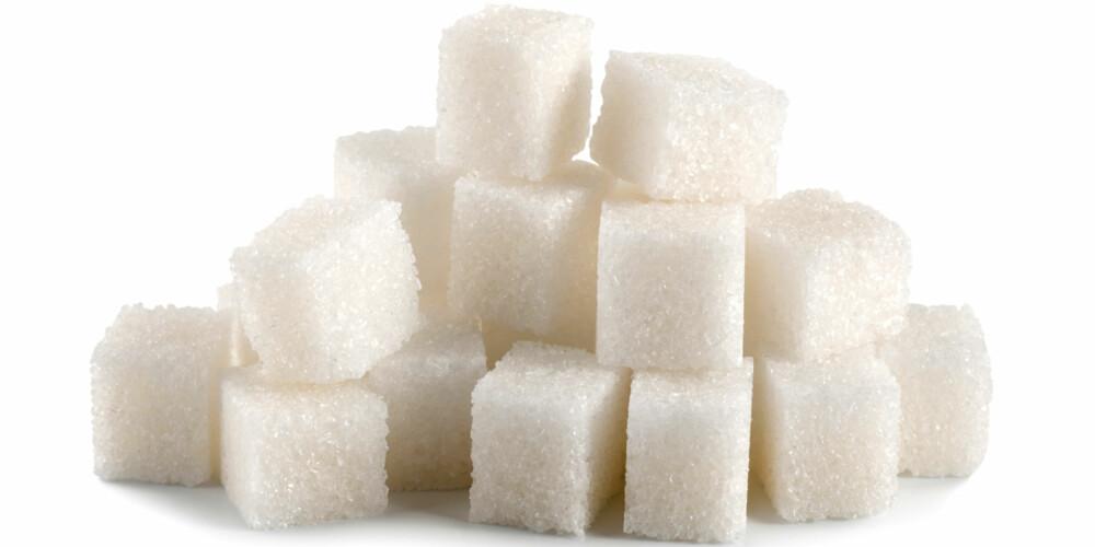 VANLIG SUKKER: Rørsukker (sukrose) er en sukkerart som utvinnes fra sukkerrør og sukkerbete. Sukkerrør er et tropisk gress, mens sukkerbete er en rotvekst som kan inneholde opp mot 20 prosent sukker. Vanlig hvitt sukker som selges i Norge, utvinnes fra sukkerbeter. Rørsukker består av ett molekyl druesukker (glukose) og ett molekyl fruktsukker (fruktose).