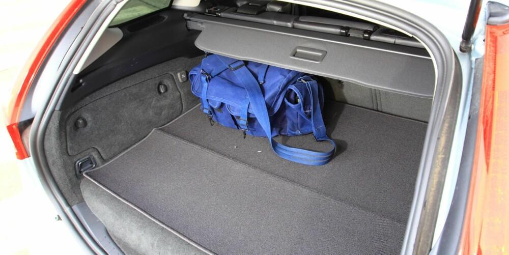 STJELER PLASS: Elmotor og batteripakke tar plass og bagasjeromsgulvet blir høyere enn i en vanlig Volvo V60. Dermed blir det mindre plass til bagasje.