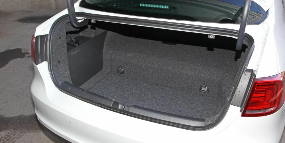 KLOSSETE: Batteripakken stjeler en god del liter av bagasjevolumet. Trinnet gjør at det ikke er så mange kofferter som passer.