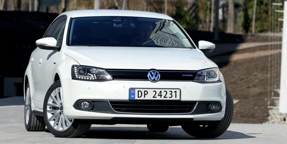 KJENNETEGN: VW Jetta Hybrid skiller seg utseendemessig fra en vanlig Jetta blant annet ved at den har en hel plate i grillen. Det skal bedre aerodynamikken.