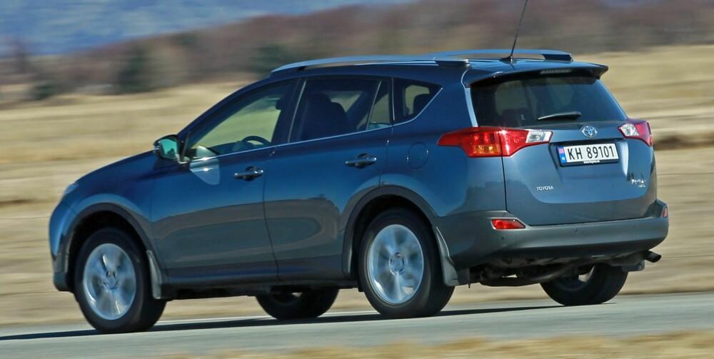 ELEGANT: Toyota RAV4 er blitt lengre, bredere og lavere. Det er et godt utgangspunkt for å skape en SUV med en viss moderne eleganse. Støydempingen imponerer ikke. FOTO: Petter Handeland