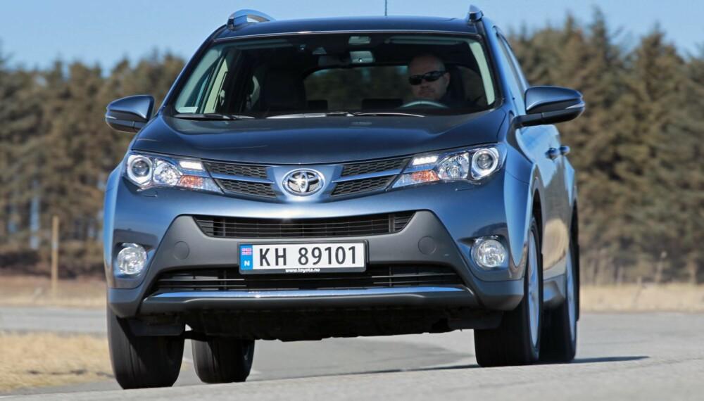 KAPASITET: Den nye Toyota RAV4 er stødig og stabil. Kjøreegenskapene er markert bedre enn i forgjengeren. Særlig bra er den når vi simulerer kritiske situasjoner. FOTO: Petter Handeland