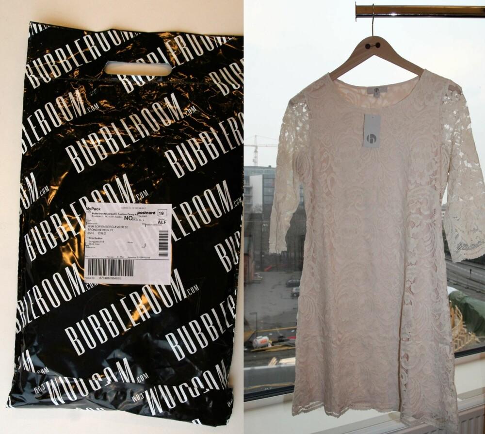 I EN PLASTPOSE: Pakken ble levert i en plastpose. Til venstre henger blondekjolen jeg bestilte. Kjolen så billigere ut enn forventet.