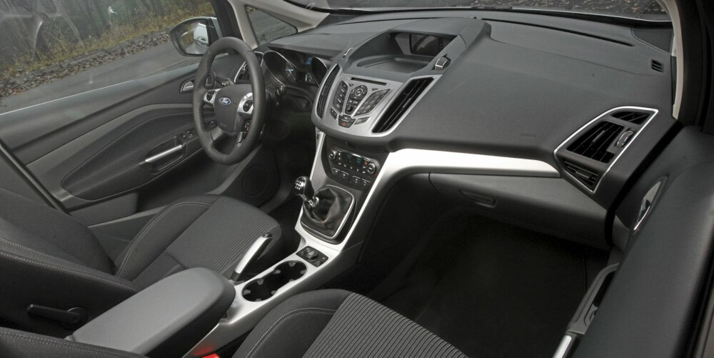 PLASS OG PLAST: C-Max gir en rommelig følelse. Betjeningen er enkel, men som så ofte før i høybygde biler kan plastfølelsen bli påtrengende.