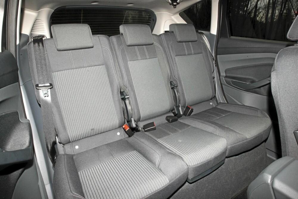 PRAKTISK: Her ser du baksetet med tre sitteplasser. Setet i midten kan vippes opp (eller fjernes), og de to ytterste stolene skyves skrått bakover. Da får C-Max fire sitteplasser med svært god plass.
