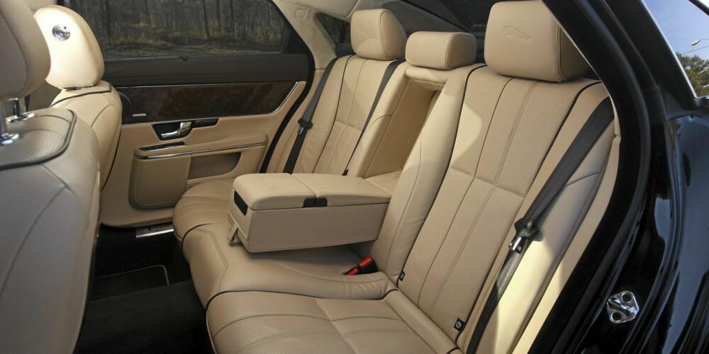 LUKSUS: I baksetet er det limousinetilstander i Jaguar XJ LWB.