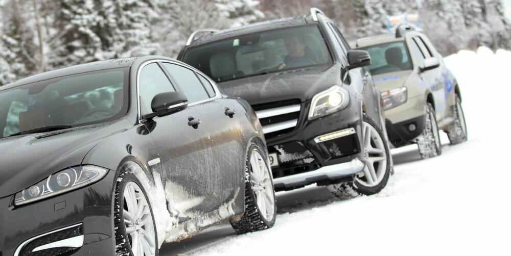 RUMENSK SEIER: Mercedes-en har all mulig elektroniske hjelpemidler, men de store sidespeilene til Duster holder. FOTO: Egil Nordlien, HM Foto