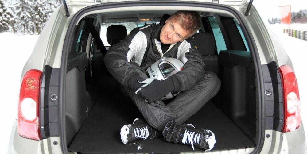 TRANGT OM SALIGHETEN: Stig Petter ser ikke helt komfortabel ut baki Duster-en. FOTO: Egil Nordlien, HM Foto