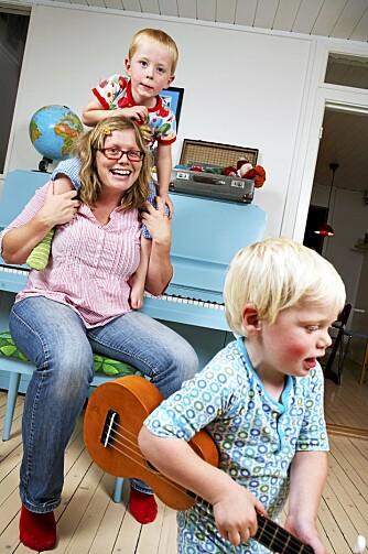 LEKER I STUA: Frithjof og Tellef liker bedre å leke i stua enn på rommet sitt. De kan for eksempel spille piano eller gitar sammen med mamma Helene.