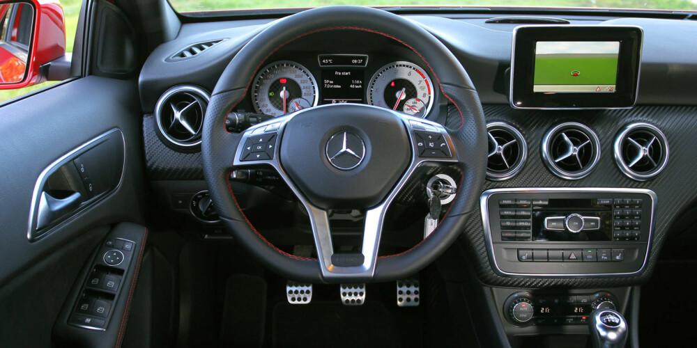 PRIORITERING: Mercedes har plassert tre store ventilasjonsdyser der vi gjerne hadde sett betjeningselementer. Sportsrattet i AMG-pakken er nydelig.
